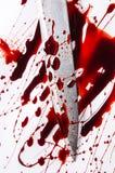 Έννοια δολοφονίας - μαχαίρι με το αίμα στο άσπρο υπόβαθρο Στοκ Εικόνες