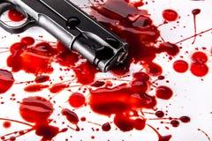 Έννοια δολοφονίας - πυροβόλο όπλο με το αίμα στο άσπρο υπόβαθρο Στοκ Εικόνες