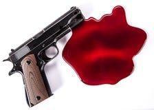 Έννοια δολοφονίας - πυροβόλο όπλο με το αίμα στο άσπρο υπόβαθρο Στοκ Φωτογραφίες