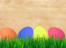 Έννοια Πάσχας με τα ζωηρόχρωμα αυγά στο ξύλινο υπόβαθρο Στοκ Εικόνα