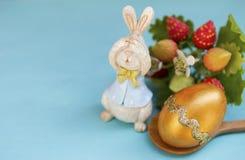 Έννοια Πάσχας, χρυσό σχέδιο αυγών Πάσχας με το ξύλινο λαγουδάκι Στοκ φωτογραφίες με δικαίωμα ελεύθερης χρήσης