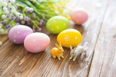 έννοια Πάσχα ευτυχές Κουνέλι Πάσχας με τα αυγά Πάσχας στο ξύλινο υπόβαθρο Κινηματογράφηση σε πρώτο πλάνο Στοκ φωτογραφία με δικαίωμα ελεύθερης χρήσης