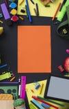 Έννοια πίσω στα χαρτικά μπισκότων γραμμών κιμωλίας σχολικών ρολογιών στο μαύρο υπόβαθρο Στοκ Εικόνα
