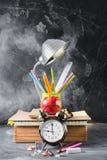 Έννοια πίσω στο μολύβι Apple κιμωλίας σχολικών ρολογιών Στοκ εικόνες με δικαίωμα ελεύθερης χρήσης