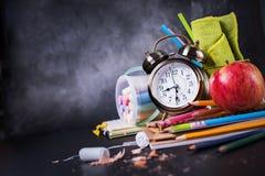 Έννοια πίσω στο μολύβι Apple κιμωλίας σχολικών ρολογιών Στοκ φωτογραφίες με δικαίωμα ελεύθερης χρήσης