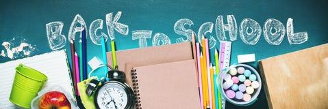 Έννοια πίσω στο μολύβι Apple κιμωλίας σχολικών ρολογιών Στοκ φωτογραφία με δικαίωμα ελεύθερης χρήσης