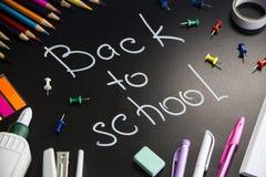 Έννοια πίσω στο σχολείο - εξαρτήματα σχολείων ή σπουδαστών στοκ εικόνες