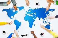 Έννοια παγκοσμιοποίησης σύνδεσης παγκόσμιων χαρτών χαρτογραφίας στοκ φωτογραφία