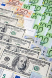 Έννοια παγκόσμιου νομίσματος: Κινηματογράφηση σε πρώτο πλάνο ευρωπαϊκού και των ΗΠΑ σκληρό Curr Στοκ Φωτογραφία
