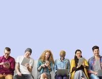 Έννοια παγκόσμιων επικοινωνιών σύνδεσης φίλων ποικιλομορφίας στοκ φωτογραφία