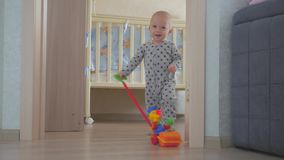 Έννοια παιδικής ηλικίας, παιδιών και ανθρώπων - καλό παιχνίδι αγοράκι με τα παιχνίδια στο σπίτι φιλμ μικρού μήκους