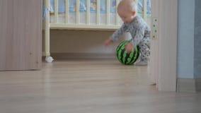 Έννοια παιδικής ηλικίας, παιδιών και ανθρώπων - καλό παιχνίδι αγοράκι με τα παιχνίδια στο σπίτι απόθεμα βίντεο