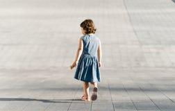Έννοια παιδικής ηλικίας Το χαριτωμένο προσχολικό κορίτσι τρέχει στοκ φωτογραφία