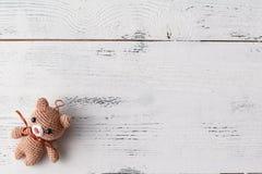 Έννοια παιχνιδιού παιχνιδιών παιδιών Το πλαίσιο με χειροποίητο αστείο πλεκτό αντέχει Στοκ Εικόνες