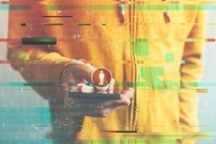 Έννοια παραγωγής Γ, συνδεδεμένος καταναλωτής που χρησιμοποιεί το smartphone στοκ εικόνα με δικαίωμα ελεύθερης χρήσης