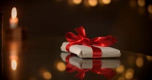 έννοια παρούσα Σοκολάτα όπως ένα παρόν, δώρα, κόκκινο τόξο στη σοκολάτα Στοκ Φωτογραφία