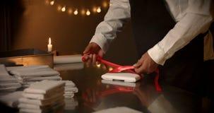 έννοια παρούσα Σοκολάτα όπως ένα παρόν, δώρα, κόκκινο τόξο στη σοκολάτα Στοκ Εικόνες