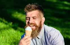 Έννοια πειρασμού Γενειοφόρο άτομο με τον κώνο παγωτού Το άτομο με τη γενειάδα και mustache στο ευτυχές πρόσωπο απολαμβάνει το παγ Στοκ Εικόνες