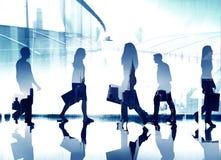 Έννοια περπατήματος κατεύθυνσης ώρας κυκλοφοριακής αιχμής κατόχων διαρκούς εισιτήριου επιχειρηματιών Στοκ Φωτογραφίες