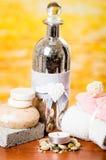 Έννοια πετρελαίων μπουκαλιών candles soaps stones spa Στοκ Εικόνες