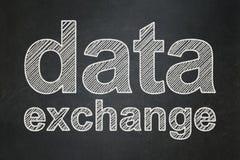 Έννοια πληροφοριών: Ανταλλαγή στοιχείων στο υπόβαθρο πινάκων κιμωλίας ελεύθερη απεικόνιση δικαιώματος