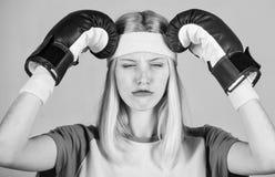 Έννοια πονοκέφαλου Κρατήστε ήρεμος και ξεφορτωθείτε τον πονοκέφαλο Κτυπήστε τον πονοκέφαλο Εγκιβωτίζοντας που κουράζονται γάντια  στοκ φωτογραφίες με δικαίωμα ελεύθερης χρήσης