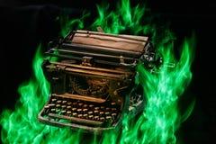 Έννοια που πυροβολείται της παλαιάς χειρωνακτικής γραφομηχανής με το κάψιμο εγγράφου στο μαύρο υπόβαθρο, εκλεκτική εστίαση στοκ εικόνες