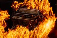 Έννοια που πυροβολείται της παλαιάς χειρωνακτικής γραφομηχανής με το κάψιμο εγγράφου στο μαύρο υπόβαθρο, εκλεκτική εστίαση στοκ φωτογραφίες με δικαίωμα ελεύθερης χρήσης