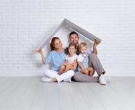 Έννοια που στεγάζει μια νέα οικογένεια πατέρας και παιδιά μητέρων στο ν Στοκ φωτογραφία με δικαίωμα ελεύθερης χρήσης