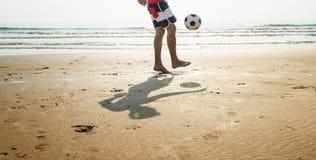 Έννοια ποδοσφαίρου διακοπών καλοκαιρινών διακοπών παραλιών ατόμων Στοκ Φωτογραφία
