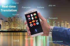 Έννοια πραγματικού - χρονική μετάφραση με το smartphone app στοκ φωτογραφίες με δικαίωμα ελεύθερης χρήσης