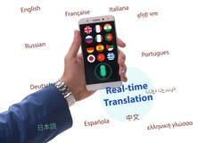 Έννοια πραγματικού - χρονική μετάφραση με το smartphone app στοκ φωτογραφίες