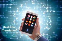 Έννοια πραγματικού - χρονική μετάφραση με το smartphone app στοκ φωτογραφία με δικαίωμα ελεύθερης χρήσης
