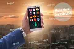 Έννοια πραγματικού - χρονική μετάφραση με το smartphone app στοκ εικόνες