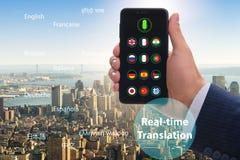 Έννοια πραγματικού - χρονική μετάφραση με το smartphone app στοκ εικόνα