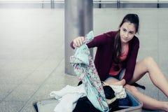Έννοια προβλήματος ταξιδιού: πρόβλημα τουριστών ταξιδιωτικής πίεσης Στοκ Εικόνες