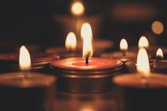 Έννοια προσευχής και ελπίδας - αναδρομικό φως κεριών στην εκκλησία Vint Στοκ Φωτογραφίες