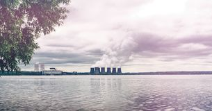 Έννοια προστασίας του περιβάλλοντος Πυρηνικός σταθμός στη δεξαμενή νερού Καπνός στοκ εικόνες