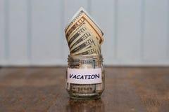 Έννοια προϋπολογισμών διακοπών Αποταμίευση χρημάτων διακοπών στοκ εικόνες