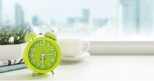 Έννοια πρωινού Κινηματογράφηση σε πρώτο πλάνο ξυπνητηριών Στοκ φωτογραφία με δικαίωμα ελεύθερης χρήσης