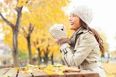 Έννοια πτώσης - καφές κατανάλωσης γυναικών φθινοπώρου Στοκ φωτογραφία με δικαίωμα ελεύθερης χρήσης