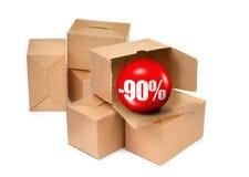 Έννοια πώλησης - κουτιά από χαρτόνι και τρισδιάστατη σφαίρα πώλησης Στοκ εικόνες με δικαίωμα ελεύθερης χρήσης