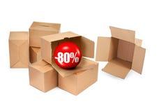 Έννοια πώλησης - κουτιά από χαρτόνι και τρισδιάστατη σφαίρα πώλησης Στοκ Φωτογραφίες