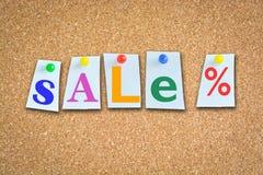 Έννοια πώλησης στον πίνακα φελλού με τις ζωηρόχρωμες καρφίτσες Στοκ εικόνες με δικαίωμα ελεύθερης χρήσης