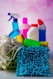 Έννοια πλυσίματος και καθαρισμού, σύνολο καθαρισμού στο φωτεινό υπόβαθρο Στοκ Φωτογραφία