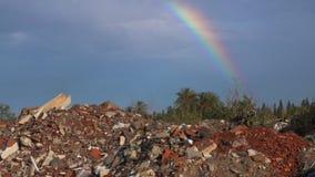 Έννοια ρύπανσης με την απόρριψη απορριμάτων και το όμορφο ουράνιο τόξο στο μπλε ουρανό φιλμ μικρού μήκους