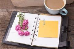 Έννοια Σαββατοκύριακου Ρόδινος αυξήθηκε, κούπα με τον καφέ, ημερολόγιο και stcky όχι Στοκ Εικόνα