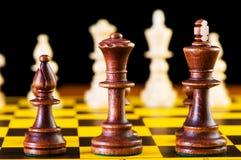 Έννοια σκακιού με τα κομμάτια στο χαρτόνι Στοκ Φωτογραφίες