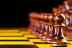 Έννοια σκακιού με τα κομμάτια στο χαρτόνι Στοκ Φωτογραφία