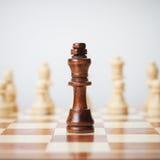 Έννοια σκακιού στο γκρίζο υπόβαθρο Στοκ Φωτογραφία